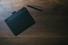 Vue aérienne de stylo graphique sur le fond en bois de Tableau Photos libres de droits