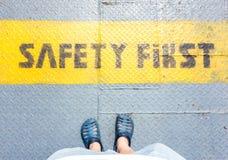 Vue aérienne de support de blue-jean d'usage de chaussure de sport sur des WI de plancher en métal Images stock
