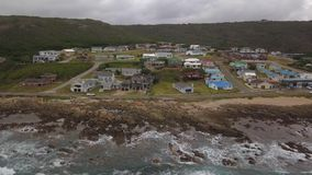 Vue aérienne de terrain de camping, de plage et de maisons chez Jongensfontein clips vidéos