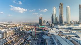 Vue aérienne de timelapse de route de place financière avec le bâtiment en construction clips vidéos