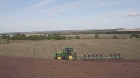 Vue a?rienne de tracteur labourant dans le domaine Agriculteur cultivant les terres arables pour l'ensemencement banque de vidéos