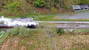 Vue aérienne de train de vapeur conduisant par le parc national de Snowdonia au Pays de Galles - au Royaume-Uni banque de vidéos