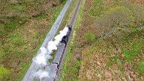 Vue aérienne de train de vapeur conduisant par le parc national de Snowdonia au Pays de Galles - au Royaume-Uni clips vidéos