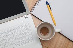 Vue aérienne de travailler à la maison sur l'ordinateur portable Images libres de droits