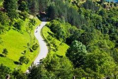 Vue aérienne de trois motocyclistes sur une route rurale photos libres de droits