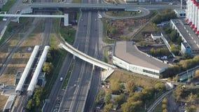 Vue aérienne de troisième Ring Road près de gare ferroviaire à Moscou banque de vidéos