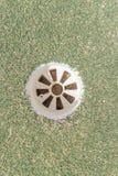 Vue aérienne de trou de golf sur le terrain de golf d'herbe verte Images stock