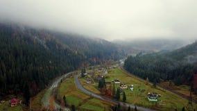 Vue aérienne de vallée pittoresque de montagne avec le village, le chemin de fer, la route et la rivière l'ukraine clips vidéos