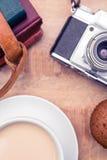Vue aérienne de vieil appareil-photo avec les journaux intimes et le café Photo stock