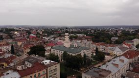 Vue aérienne de vieille ville européenne Lviv, Ukraine Hôtel de ville du centre, et architecture banque de vidéos