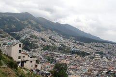 Vue aérienne de vieille ville de Quito, et les maisons sur la pente Photo stock