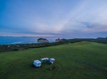 Vue aérienne de vieilles caravanes et de littoral rocailleux, Australie Images stock