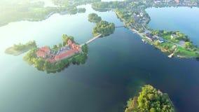 Vue aérienne de vieux château sur l'île banque de vidéos