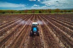 Vue aérienne de vignoble de pulvérisation de tracteur avec du fongicide images libres de droits