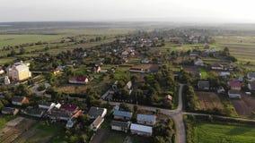 Vue aérienne de village dans occidental de l'Ukraine, vol en avant avec tourner à gauche banque de vidéos