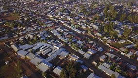 Vue aérienne de ville éthiopienne à distance de Jeldu Gojo à la première lumière images libres de droits