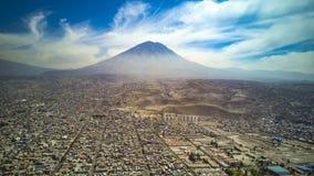 Vue aérienne de ville d'Arequipa et de volcan de Misti au Pérou photo libre de droits