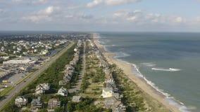 Vue aérienne de ville, d'océan et de plage 4K banque de vidéos
