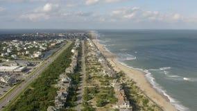 Vue aérienne de ville, d'océan et de plage 4K clips vidéos
