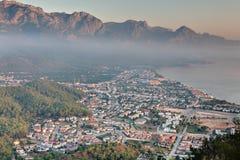 Vue aérienne de ville de Kemer, station de vacances méditerranéenne, provinc d'Antalya Images stock