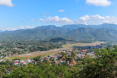 Vue aérienne de ville de Mae Hong Son et d'aéroport de piste en Thaïlande Photos libres de droits