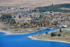 Vue aérienne de ville de Tekapo à côté de lac Tekapo à Cantorbéry Photos libres de droits