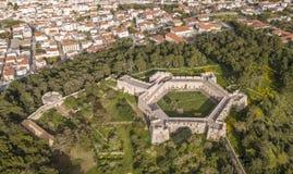 Vue aérienne de ville et de château de Pylos en Grèce du sud images libres de droits