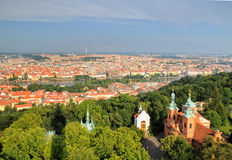Vue aérienne de ville et de saint Lawrence Cathedral de Prague photographie stock