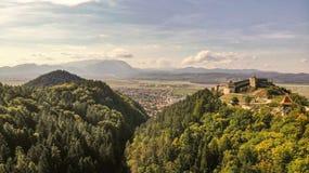 Vue aérienne de ville et de forteresse de Rasnov photos stock
