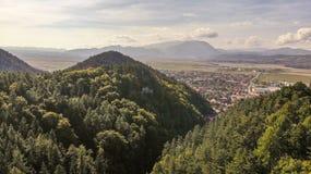 Vue aérienne de ville et de forteresse de Rasnov image stock