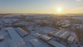 Vue aérienne de ville industrielle sous la neige blanche sur le lever de soleil banque de vidéos