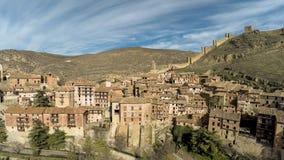 Vue aérienne de ville médiévale de montagnes dans Aragon Albarracin, Teruel Images stock