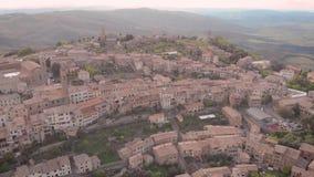 Vue aérienne de ville de Montalcino avec de vieilles maisons de brique banque de vidéos