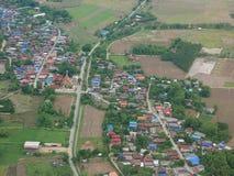 Vue aérienne de ville de Phrae de décollage de propulseur de jumeau d'Airbus Photographie stock libre de droits