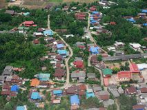 Vue aérienne de ville de Phrae de décollage de propulseur de jumeau d'Airbus Photo libre de droits