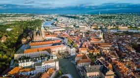 Vue aérienne de ville de Prague de côté de colline de Petrin photographie stock libre de droits