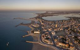 Vue aérienne de ville de Saintes-Maries-de-la-Mer photos stock