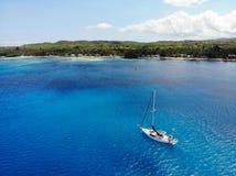 Vue aérienne de yacht devant l'île de Siquijor, les Philippines photographie stock libre de droits