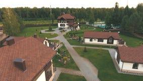 Vue aérienne de zone résidentielle dans le village moderne banque de vidéos