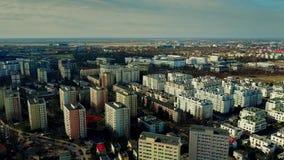 Vue aérienne de zone résidentielle de Varsovie et d'aéroport éloigné Chopin la journée de printemps ensoleillée, Pologne Photos stock