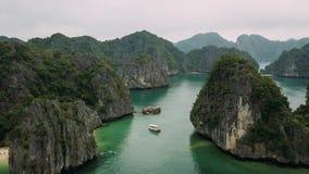 Vue aérienne des îles dans la baie de Halong, Vietnam image stock
