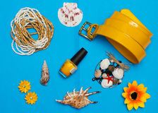 Vue aérienne des accessoires du voyageur, articles essentiels de vacances, fond de concept d'été Images libres de droits