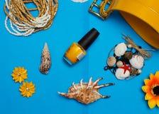 Vue aérienne des accessoires du voyageur, articles essentiels de vacances, fond de concept d'été Image stock