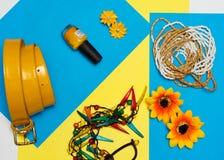 Vue aérienne des accessoires du voyageur, articles essentiels de vacances, fond de concept d'été Photographie stock