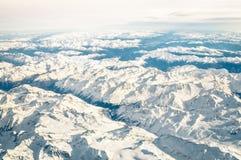 Vue aérienne des Alpes italiens avec la neige et l'horizon brumeux Photographie stock libre de droits