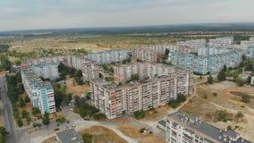 Vue aérienne des bâtiments à plusiers étages résidentiels dans la ville banque de vidéos