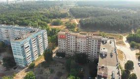 Vue aérienne des bâtiments à plusiers étages résidentiels dans la ville clips vidéos