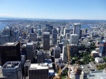 Vue aérienne des bâtiments de Seattle, du lac union et de l'I-5 du centre salut Photos stock