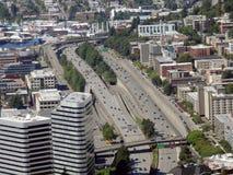Vue aérienne des bâtiments de Seattle, du lac union et de l'I-5 du centre salut Image libre de droits