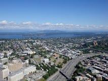 Vue aérienne des bâtiments de Seattle, du lac union et de l'I-5 du centre salut Photos libres de droits